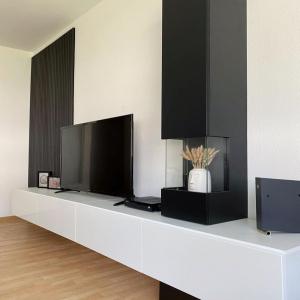 Eine wahnsinnig schöne Wohnwand-Kombi in schwarz und weiß – perfekt um auch deine Deko ideal in Szene zu setzen ✨  ______  #livingroom #interiordesign #interior #wohnen #wuunliving #wohnzimmer #einrichtungsideen #wohnzimmerideen #schönerwohnen #livingroominspo #livingroomdecor #dekoideen