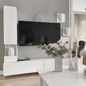 Unsere Vitrine Somero in weiß ist ein absoluter Hingucker in jedem Wohnzimmer. 🤍