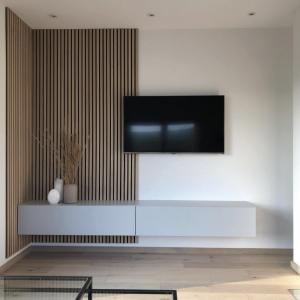 Minimalistic 💫 - Tv - Board Somero in perl-matt grau!   Wie gefällt euch der Mix aus Holz und Grau? 👇🏻
