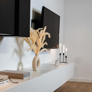 Aus jedem Winkel ein echter Hingucker 💥 - Tv-Board Somero in weiß-matt kombiniert mit dem Hochschrank in schwarz-hochglanz 🖤  Welche Kombination würde euch am besten gefallen? 👇🏻
