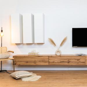 Unsere vertikalen Boards in weiß-matt kombiniert mit dem Tv-Board im Eichen-Look 🍂   Welche Kombination würde in euer Zuhause passen? Schreibt es uns in die Kommentare👇🏻