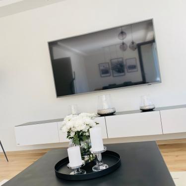 Die Farben deines TV-Boards lassen sich individuell auswählen. So kann die Front deines TV-Boards weiß und der Korpus schwarz-matt sein. So wie es dir gefällt. 🤍🖤⠀⠀⠀⠀⠀⠀⠀⠀⠀ ⠀⠀⠀⠀⠀⠀⠀⠀⠀ #wuunliving #interiordesign #hausbau #inspo #inspiration #wohnzimmer #inneneinrichtung #design #tvboard #interior #möbel #style #elegance #home #furniture #individual #individuell