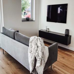 """""""Das kleine Schwarze"""" – Nicht nur als Kleid, sondern auch bei WUUN ein All-Time-Classic 🖤  ____  #wuunliving #interior #wohnen #livingroom #livingroominspo #livingroomdesign #inspiration #interiorinspiration #hygge #homedecor #zuhause #wohnen #schönerwohnen #dekoideen"""