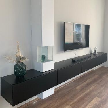 Hier siehst Du das TV-Board Somero in Schwarz matt in edler Kombination mit der Vitrine Somero in Weiß glänzend. Es fügt sich in Dein Wohnambiente ein und bietet Dir viel Stauraum und Platz für Deine individuelle Deko.⠀⠀⠀⠀⠀⠀⠀⠀⠀ ⠀⠀⠀⠀⠀⠀⠀⠀⠀ Ein perfect match, finden wir. Findest Du nicht auch? ⠀⠀⠀⠀⠀⠀⠀⠀⠀ ⠀⠀⠀⠀⠀⠀⠀⠀⠀ #interiordesign #tvboards #wohnzimmer #möbel #interior #design #style #furniture #perfectmatch #athome #cosyhome #tvmöbel #zuhause