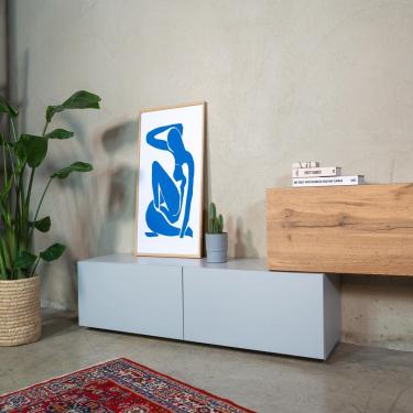 WUUN TV- und Sideboard Somero trifft auf Henri Matisse und seinen Blauen Akt. 💙 Hier trifft klare Formsprache auf klare Formsprache.  _  Es muß nicht immer ein Fernseher auf unseren Somero Tv-Boards Platz nehmen, auch als Sideboard ist unser Somero ein echter Hingucker.   Wußtet ihr das Henri Matisse zusammen mit Picasso zu den bedeutendsten Künstlern der Klassischen Moderne gilt? 🎨  Klassisch, modern - WUUN. 🖤  #klasischemoderne #wuunliving