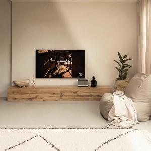Erschaffe dein persönliches Wuun-Feeling – Hier super cozy mit dem TV Board Somero in Eiche    Welche Farbe sollte dein WUUN Board haben?