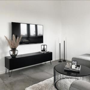 Tv - Board Somero in schwarz-matt - hier mit custom-made Füßen ⚒️  Was gefällt euch besser, mit Füßen oder schwebend? 👇🏻